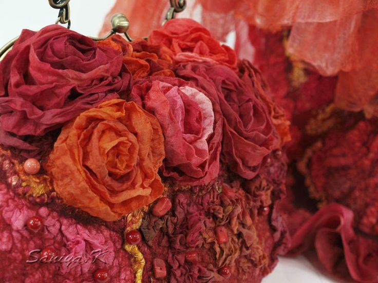 Купить или заказать Сумка & шарф 'Shanty' подарок красные в интернет-магазине на Ярмарке Мастеров. Сумка сваляна из шерсти в технике 'нуно-войлок' в красных тонах: к шерсти привалян натуральный шелк, шелковые розы, нити сари, шелковые волокна. Расшита бусинами из коралла. Закрывается на рамочный замок (фермуар) с металлической ручкой. внутри подкладка с карманами: на 'молнии' и для мобильного, донышко плотное, металлические ножки. Шарф свалян на натуральном разреже...