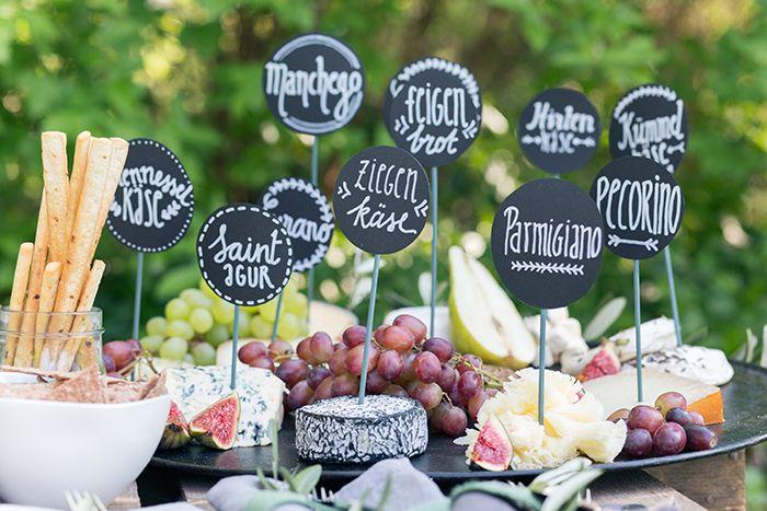 Käsespieße mit Trauben – na das geht doch auch etwas kreativer oder? Klar doch! Magdalena von Kaiserlich und Königlich hat den herzhaften Snacks neues Leben eingehaucht und sie frisch und mod…