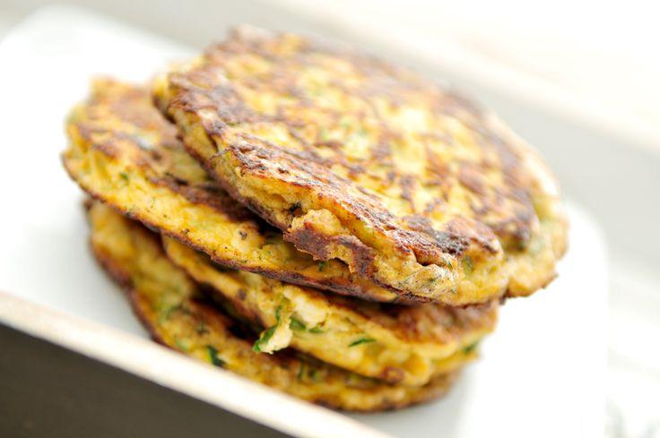 Serveer ze als bijgerecht of neem ze mee naar je werk als lunch. Super gezond en gewoon weer eens wat anders. Voor deze groentekoekjes gebruiken we courgette.