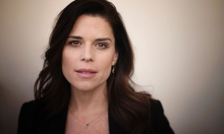 The Hollywood Scream queen is back – as a hard-boiled fixer in TV series House of Cards. Neve Campbell talks about being lonely in LA, how political back-stabbing beats running around with a kitchen knife – and why she's backing Hillary over Bernie