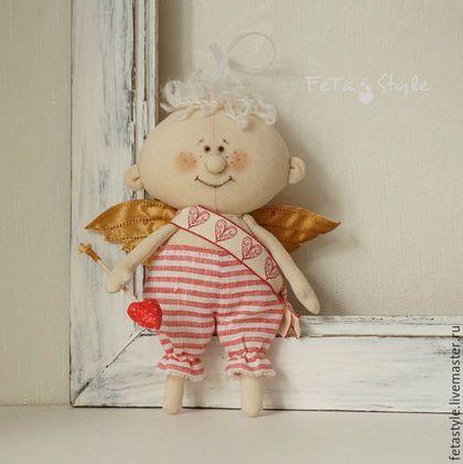 Купить или заказать Амурчик Текстильная кукла-подвеска Подарок влюбленным в интернет-магазине на Ярмарке Мастеров. РЕЗЕРВ. Веселый Амурчик - сохранит вашу любовь и подарит хорошее настроение, стоит только сделать подарок любимой или любимому Амурчик сшит из ткани, штанишки из льна, волосы - пряжа букле, крылышки из тафты, лицо - акриловые краски, масляная пастель. Есть петелька для подвешивания. Подарок на День Святого Валентина Подарок для влюбленных на 14…