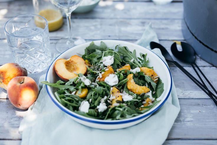 Groene sla met zoet zomerfruit en zachte geitenkaas: Deze rucola en waterkers salade met gegrilde perzik is in alle opzichten een favoriet!