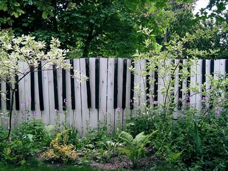Foto della recinzione da giardino ispirata ad un pianoforte