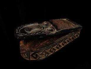 122 Rotholzpulver-Deckeldose (TRIBAL ART) Kuba, DR Kongo Kunstgewerbe / pièce d'artisanat / handicraft Holz. H 7 cm. B 31,5 cm.   Provenienz: Nachlass Kurt Hösli-Brutschin (1928-2006), Basel.