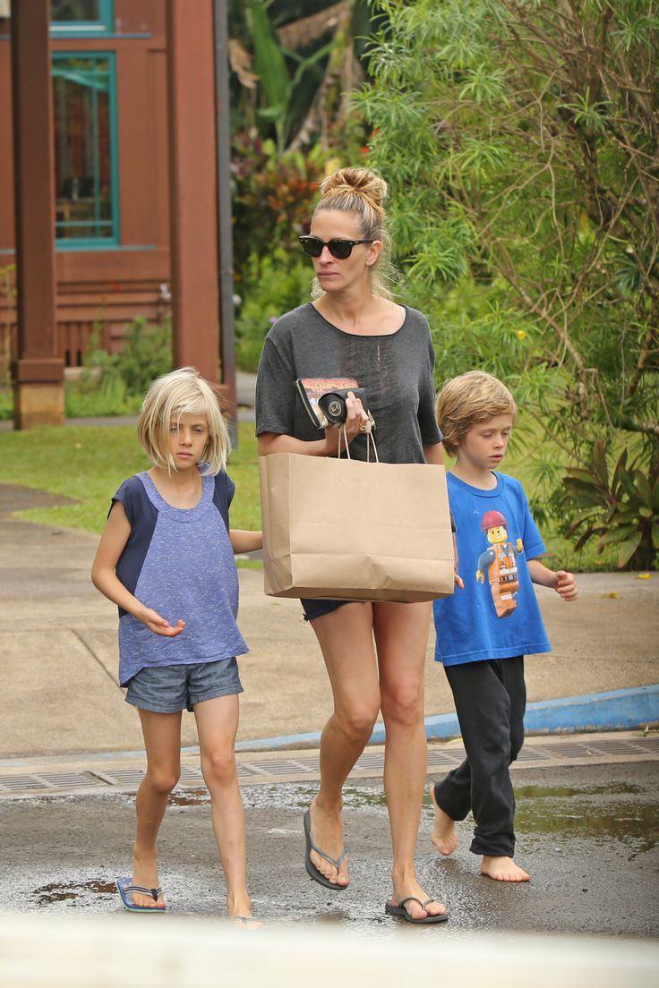 Flawless Faced & Makeup-Free Julia Roberts Shopping In Hawaii With Her Kids