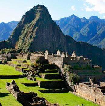 Solskin over Machu Picchu, som I besøger på rundrejsen i Peru. Den store rejse til Inkariget