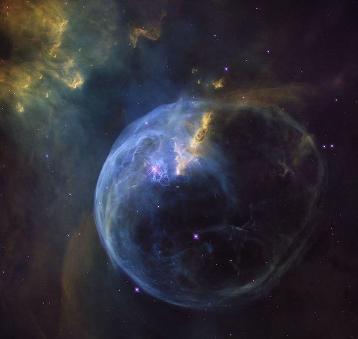Bolla spaziale  Fotografia NASA, ESA, Hubble Heritage Team  La nebulosa Bolla, o NGC 7653, è una nube di polveri e gas a 8.000 anni luce dalla Terra. Questa straordinaria immagine, diffusa il 21 aprile, è stata realizzata per festeggiare il 26simo anno nello spazio del telescopio spazi