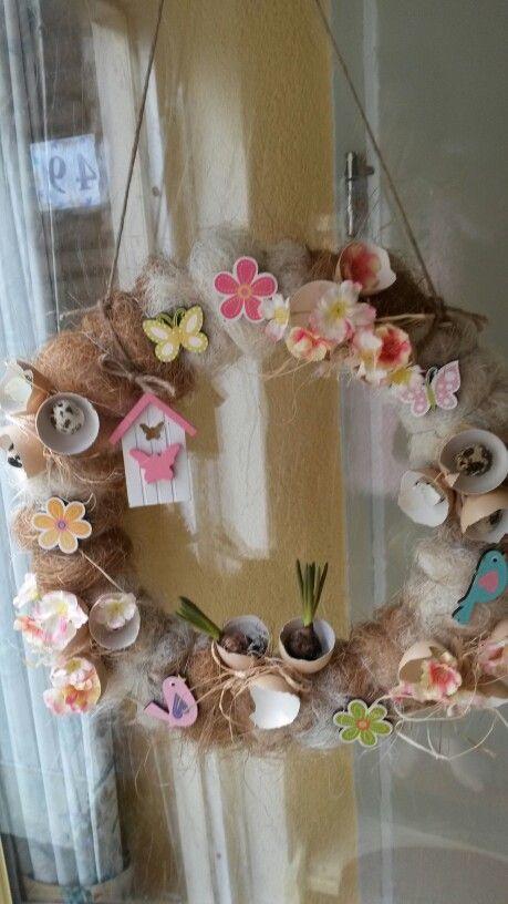 Paaskrans met sisal,eieren en wat vrolijke bloemetjes.