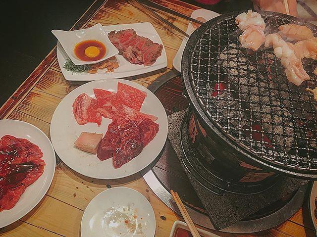 . こないだ帰った時の焼き肉🤤💓 . . #焼き肉 #焼肉 #七輪 #美味しい #幸せ #肉 #おにく #ホルモン #牛肉 #ロース #カルビ #ローストビーフ #贅沢 #満腹 #満足 #グルメ #大阪 #大阪グルメ #晩ごはん #晩ご飯 #戻りたい #帰省 . . お肉ってほんまに幸せの塊。 . . ああ眠い、眠い、眠い。 超絶ラッキーなことに約40分の満員電車で座れて、足元ポカポカで寝過ごしそう。 . .