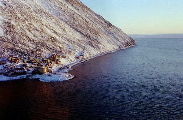 * Ilha Pequena Diomedes * Diomede Village. Estreito de Bering. Diomede Islands - The big Diomede Island belongs to Russia and the small Diomede Island belongs to Alaska.