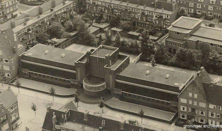 Luchtfoto van de openbare lagere school aan de Parklaan, links in het hoekje de Kamerlingh Onnesstraat/Van der Waalstraat
