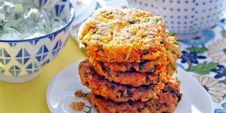 Deze vegetarische rijstkoekjes met kikkererwten, harissa en bosui zijn lekker pittig van smaak. Je eet ze met tzatziki en een groene salade. Dit heb je nodig (voor 4 pers.): voor de koekjes: -150 g witte rijst versgemalen peper, -zout -2 tenen knoflook -2 bosuitjesgrof gesneden - 1 el harissa 1 blik kikkererwten, uitgelekt - 2…