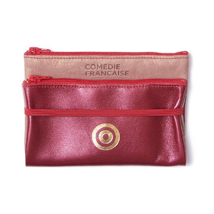 Deux pochettes en cuir en une seule retenue par un élastique.Le nouveau logo brille et illumine avec élégance cet accessoire de mode.Parfait dans votre sac à main !