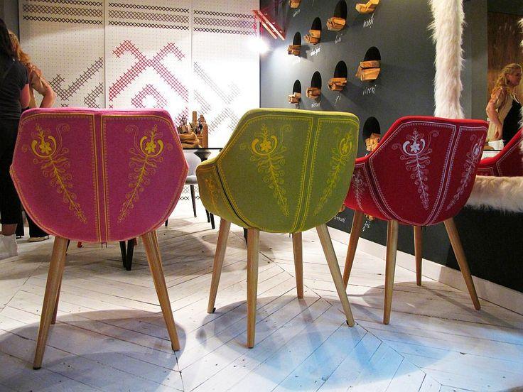 Un stand colorat așa cum îmi place mie și piese de mobilă create și fabricate în România. Da, merită felicitările noastre pentru că nu e deloc ușor! Designerul Mihai Grama ne surprinde de această d...