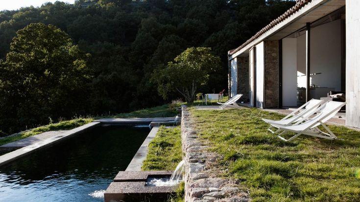 Diseño sostenible de piscina-alberca en finca en Extremadura por Estudio ÁBATON