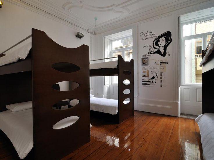 Una delle belle stanze da sei del Gallery, ostello-galleria d'arte di Porto