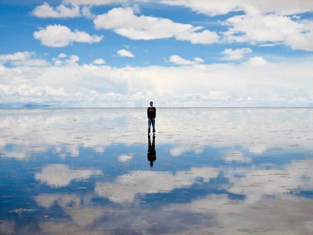 SALINAS DE UYUNI BOLIVIA Durante la temporada de lluvias, el salar de Uyuni, en Bolivia, queda cubierto por una fina capa de agua, creando reflejos surrealistas del cielo en la tierra.                  paisajes