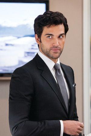 Juan Pablo Di Pace es Alessandro D'ambrossio, protagonista de Honor y Traición. Decisiones tendrá que tomar donde pondrá en balance qué es lo que pesa más para él. Por honor a La Familia, ¿traicionará lo más puro, lo más hermoso que le ha sucedido?  Espéralo pronto.