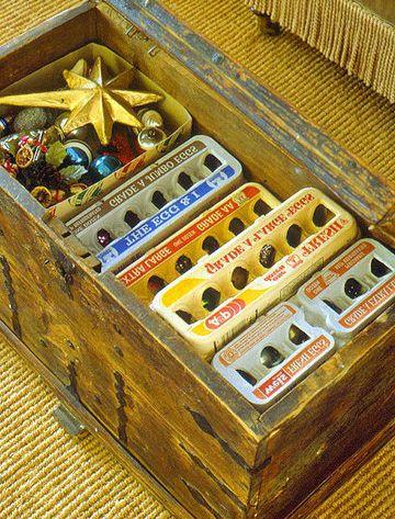 rangement boules de Noël dans des boîtes à oeufs