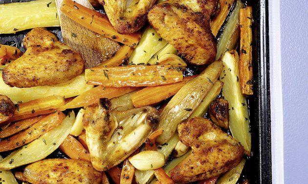 Poulet-Rüebli-Kartoffelblech: Gemüse: Kartoffeln, Rüebli und Knoblauch mit Bratcrème, Kräutern und Salz in einer Schüssel mischen, auf das grosse ...