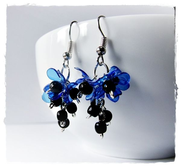 Recy náušnice - modročerné květiny Recy náušnice - modročerné květiny Náušnice jsou vyrobené z petlahve a skleněných korálků. Háčky jsou postříbřené. Celková délka náušnic včetně háčků je 5 cm.