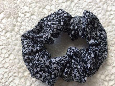 Chouchou pour cheveux en tissu noir à petites fleurs  : Accessoires coiffure par fleur-de-laine