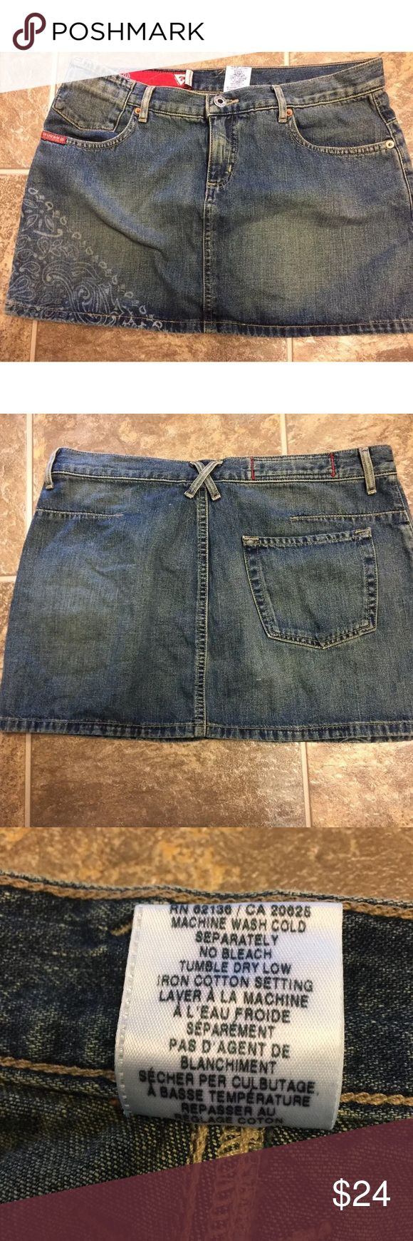 """Guess Jeans Printed Blue Jean Denim Mini Skirt 29 Guess Jeans Women's Sz 29 Dark Wash Denim Jean Mini Skirt Printed on the side as pictured  Front zip closure  Pockets  Waist 32"""" Length 12"""" 100% Cotton  Made in Mexico  Good Preowned Condition Non Smoking Home Guess Skirts Mini"""