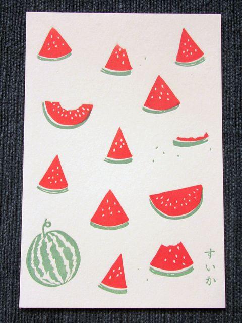 大きなすいかにかぶりつく人。もう皮だけ残して食べてしまった人。種を飛ばして遊ぶ人。みんなで楽しい夏の想い出。すいかをモチーフにした「季節のポストカード」です。活版印刷機(レタープレス)で樹脂版を使用して印刷しています。一枚一枚手作業で印刷しているため、そ...
