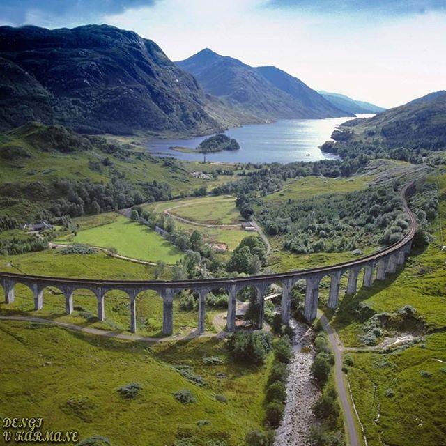 🌍Виадук Гленфиннан | Шотландия. Ставь лайк💙 Комментируй💬 Подпишись на нас☑ 📝Самый длинный бетонный виадук Шотландии. Этот железнодорожный🚂 мост по праву считается самым фотогеничным из себе подобных. И действительно, изображение этого виадука хоть раз, но видел практически каждый современный человек. Своей узнаваемостью Гленфиннан во многом обязан кинематографу, ведь именно по этому мосту проезжает знаменитый Хогвардс-Экспресс в фильмах о Гарри Поттере. Кажется, что ландшафт, по…