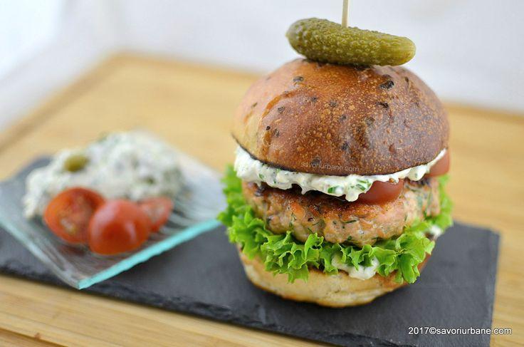 Burger de somon reteta pas cu pas. Un burger fain si aromat, din ingrediente naturale, compus din chiftele de somon fragede si suculente, chifle de casa si