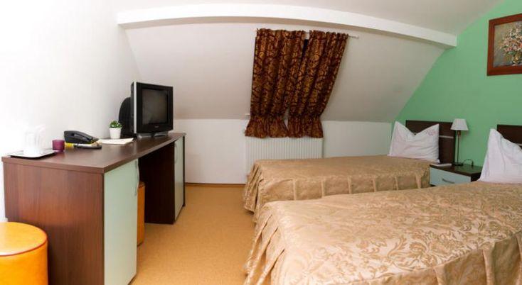 Hotel Krone Bistrita, #Hoteluri #Bistrita. Elegantul hotel Krone de 3 stele este situat in inima orasului Bistrita, aproape de centrul cultural si istoric al orasului, oferind camere decorate cu gust si confortabile. Amplasat pe ultimele doua etaje ale unei cladiri recent renovate, hotelul are o ambianta tihnita si ofera servicii impecabile precum inchirierea de masini, o florarie si altele. Micul dejun este servit in Salonul Bavaria, cu o capacitate de pana la 80 de persoane. De asemenea…