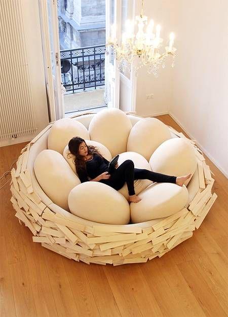 Descanse como um passarinho nesse pufe em formato de ninho.