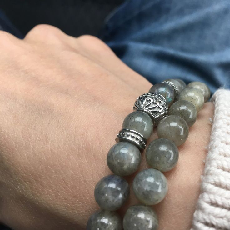 The verroni Moon Twisted premium bracelet is ideal for everyday wear thanks to its fantastic colors. It percetly mathes to any kind of outfit. Hand selected high quality labradorite gemstone beads and poilished stainless steel.