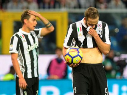 A Juventus, hexampeã italiana de futebol, foi este domingo derrotada por 3-2 na visita à Sampdoria, em jogo da 13.ª jornada da liga italiana, resultado que a deixa a quatro pontos do Nápoles, o líder da prova.