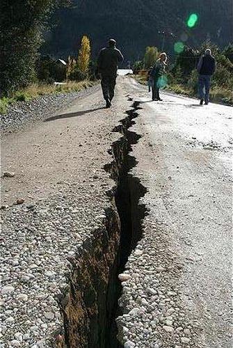 Está un afecto de un terremoto en la geografía en Chile en 2010. En países que están pobre, afectos como así pueden crear más problemas. Por ejemplo, si una calle estuviera roto o no funciona entonces sería más problemas por la economía. También, es peligroso para una calle estar roto en el medio. Aunque, los fotos ayudan recordar la fuerte del medio ambiente.
