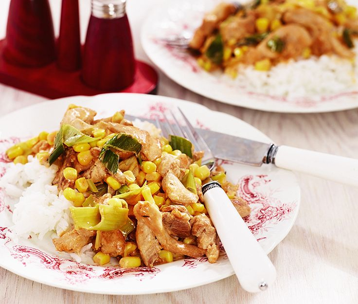 En snabb kycklinggryta är toppen att ha i skjortärmen. Med strimlade kycklinlårfiléer och en gräddig sås gjord med den milda purjolöken, grädde, buljong och lite timjan blir det riktigt smarrigt. Servera med ris och strössla med hackad gräslök.