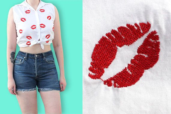 90s Kiss Print Sleeveless Shirt - Red Lips Printed Girly Tie-Front Blouse - White Clueless Shirt with Lipstick Marks Pattern - Cute Blouse  The cute pattern of this sleeveless cotton blouse is made of red embroidered lips. That's so girly ! You can tie it on the waist with high waist denim pants, shorts or skirt for a retro pin-up look. It will be perfect for spring and summer ;)  S P E C I F I C S : ♦ Wing collar ♦ Sleeveless ♦ 4 white pearly buttons ♦ In the back, shoulders yoke ♦ Slight…