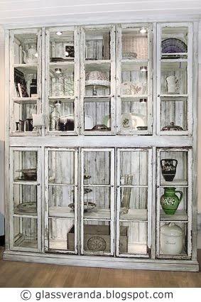 Glassveranda: Vi snekrer et stort vitrineskap av gamle vinduer - Del 5: ETTER-bildene!