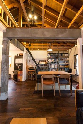 天井を抜いて、階段をつけて一部ロフトのように使っている。工場や倉庫をイメージさせる梁がクール。