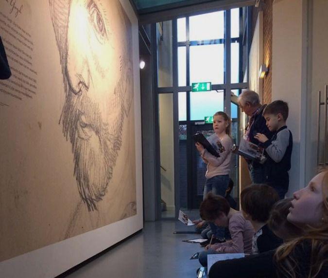 Groep 3-4 van OBS Hartenaas bezochten het Vincent van Gogh museum in Nuenen. Begeleid door 4 enthousiaste rondleiders werd het museum en het plaatsje Nuenen bekeken: zoals het huis van de ouders van Vincent en het Koetshuis, het kerkje waar de vader van Vincent dominee was, een oude waterpomp en een dikke holle boom waarin de oorlog zich zes verstopten.
