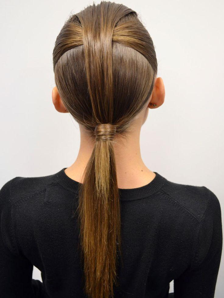 Tuto coiffure : la queue-de-cheval couture du défilé David Koma