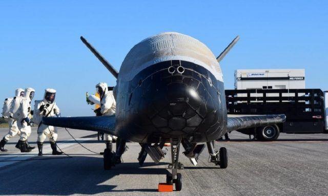 Amerikan Hava Kuvvetleri'nin gizli uzay mekiği, son görevinde iki yıl yörüngede kaldı. Boeing tarafından geliştirilen ancak sonradan Amerikan Hava Kuvvetleri tarafından devir alınan insansız uzay mekiği X-37B, iki yıl süren görevini tamamladı. 20 Mayıs 2015 tarihinde uzaya gönderilen araç,...   https://havari.co/x-37b-iki-yil-sonra-geri-dondu/