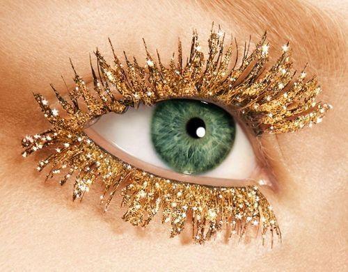 Oro glitter su ciglia finte