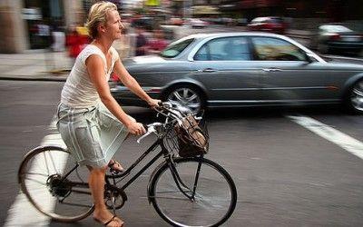 Come andare in bicicletta con la gonna