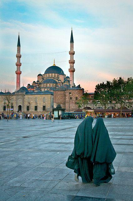 beautyartislam:  jilbabstyle:  Istanbul muslimahs  Yeni Camii (New Mosque). Istanbul, Turkey.