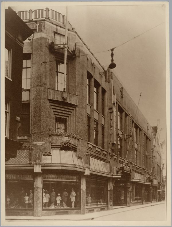 Winkel van Gerzon in de Kalverstraat. Mijn moeder werkte daar tot ze trouwde in 1934.