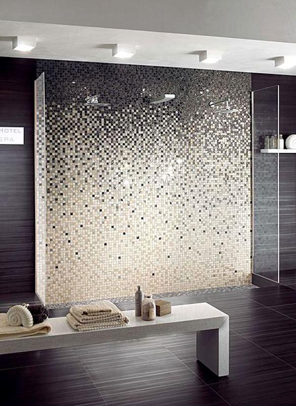 mosaïque originale en noir et blanc qui orne la douche à l'italienne