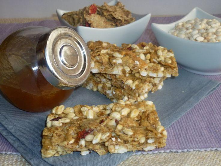 le barrette energetiche ai cereali, una sana colazione ai cereali fatta in casa per una pausa dolce e piena di ricarica, con cereali, cioccolato e frutta