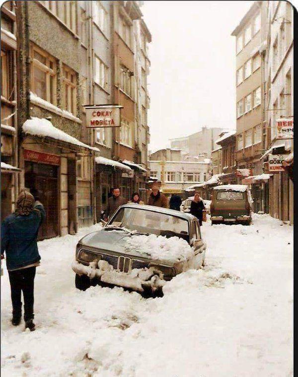 Karlı bir günde Şehremini Günaydın Sokak (1987)