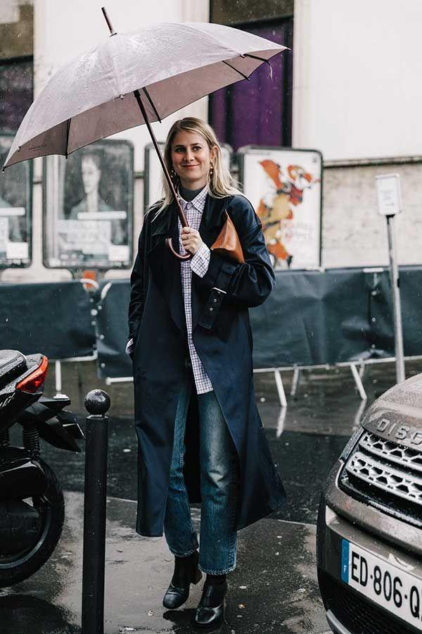 Look para dia chuvoso com jeans + camisa e trenchcoat.